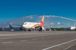 Vuelos Hainan Airlines de la reunión del aniversario 10 años de vuelos al aeropuerto Pulokovo Rusia St Petersburg julio Fotos de archivo libres de regalías