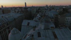 Vuelta épica del tejado en una puesta del sol 4K Riga almacen de metraje de vídeo