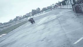 Vuelta aguda de persecución caliente en competir con de la motocicleta almacen de video
