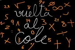 Vuelta alcole, baksidt till skolan som skrivs i spanjor royaltyfria bilder