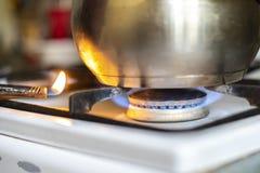 Vuelta ascendente cercana del encendedor de gas en la estufa de gas en casa para cocinar la comida f imagenes de archivo