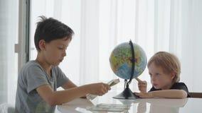 Vuelta caucásica de dos muchachos que cuenta el dinero para el viaje almacen de video