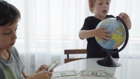 Vuelta caucásica de dos muchachos que cuenta el dinero para el viaje metrajes