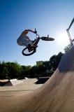 Vuelta de la barra del truco de la bici de BMX Foto de archivo libre de regalías