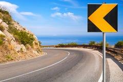Vuelta de la carretera de la montaña con el cielo azul Foto de archivo libre de regalías
