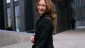 Vuelta de la mujer joven feliz en la calle almacen de video