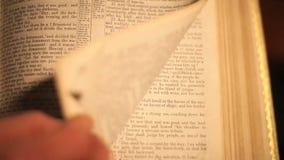 Vuelta de la página de la biblia metrajes