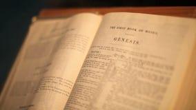 Vuelta de la página de la génesis de la biblia almacen de metraje de vídeo