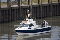 Vuelta de los pescadores de la pesca en mar fotografía de archivo