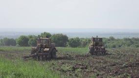 Vuelta de los tractores en el campo 4K Perfil plano del pikture almacen de metraje de vídeo