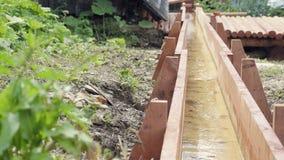 Vuelta de madera del agua de la rueda del molinero Arquitectura medieval histórica del pueblo