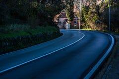 Vuelta de una carretera de asfalto foto de archivo libre de regalías