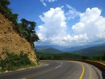 Vuelta del camino de la montaña Imagenes de archivo