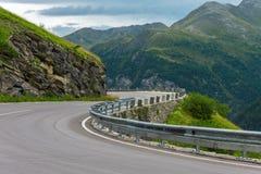 Vuelta del camino en montañas Foto de archivo