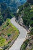 Vuelta del camino en montañas Fotos de archivo