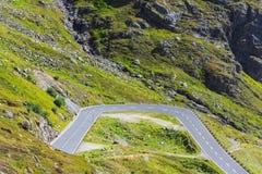 Vuelta del camino en montañas Imagenes de archivo