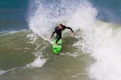 Vuelta del jinete de la mujer que practica surf   Imagenes de archivo