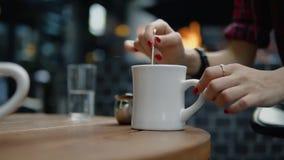 Vuelta femenina de la mano el café en el café de la calle de la ciudad almacen de metraje de vídeo