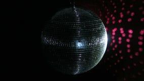 Vuelta PAL de los espejos de la bola de discoteca La bola de discoteca que hace girar y que chispea como ella gira en un lazo per almacen de metraje de vídeo