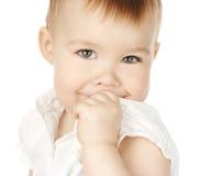 Vuelta y sonrisa tímidas del niño fotografía de archivo