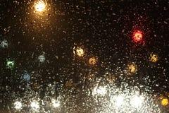 Vueltas de la lluvia a la nieve en el camino Foto de archivo libre de regalías