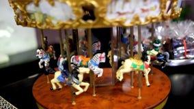 Vueltas del carrusel del juguete Caballos del juguete en el carrusel metrajes