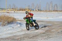 Vueltas del corredor del motocrós con proslipping Fotos de archivo libres de regalías