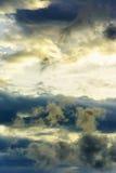 Vueltas oscuras de una nube de tormenta que remolinan foto de archivo libre de regalías