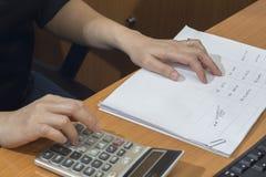 Vuelva a inspeccionar el documento o los datos antes aprueban el documento por la calculadora, Fotografía de archivo