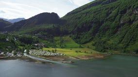 Vues élevées spectaculaires de village de Geiranger à l'extrémité du fjord UNESCO-protégé de Geiranger, Norvège image libre de droits