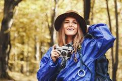 Vues étonnantes de tir de jeune jolie femme dans la forêt images libres de droits