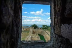 Vues étonnantes des fenêtres de la forteresse d'Akerman photographie stock