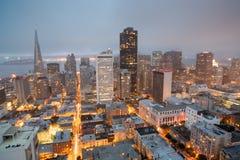 Vues aériennes de San Francisco Financial District de Nob Hill, crépuscule Image stock