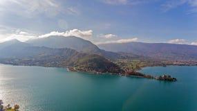 Vues alpines au-dessus de lac Annecy dans les Alpes français Photographie stock libre de droits