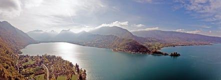 Vues alpines au-dessus de lac Annecy dans les Alpes français Image libre de droits