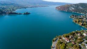 Vues alpines au-dessus de lac Annecy dans les Alpes français Image stock