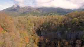 Vues alpines au-dessus de lac Annecy dans les Alpes français banque de vidéos