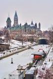 Vues d'hiver de colline du Parlement de Canada avec le canal de rideau congelé photographie stock libre de droits