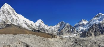 Vues de crêtes de Pumori, de Nuptse et de Lhotse, Népal Photographie stock