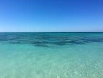 Vues de la mer verte clair comme de l'eau de roche et de l'horizon Images stock