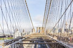 Vues de la pièce Brooklyn entre les câbles en acier du pont de Brooklyn, New York, Etats-Unis de ville images stock