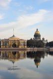 Vues de la rivière Neva, le remblai d'Amirauté Photos libres de droits