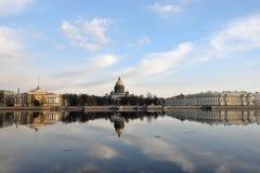 Vues de la rivière Neva, le remblai d'Amirauté Image libre de droits