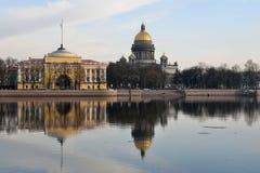 Vues de la rivière Neva, le remblai d'Amirauté Photo libre de droits
