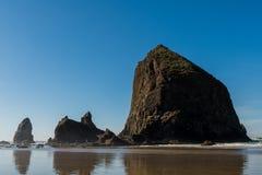 Vues de la roche énorme de meule de foin en plage de canon, Orégon, Etats-Unis photos stock