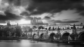 Vues de la ville et du pont au-dessus du Vltava Photographie stock libre de droits