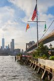 Vues de Manhattan le long du pont de Brooklyn et des restaurants le long du Greenway de parc de pont de Brooklyn, New York, Etats images libres de droits