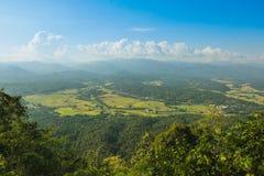 Vues de montagne et de ciel dans la campagne photo stock