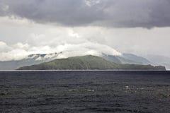 Vues de paysage du littoral et de la route des navires bunkering Îles du Trinidad-et-Tobago images libres de droits