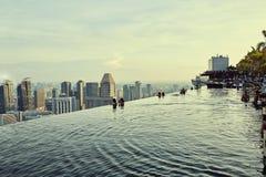 Vues de piscine d'infini au-dessus de ville à Singapour photos libres de droits